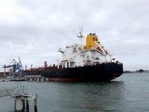 Oljetankerskepp i hamn Arkivfoto