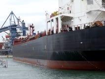 Oljetankerskepp som manövrerar i hamn Royaltyfria Bilder