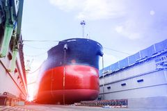 Oljetankerskepp under reparation, i att sväva skeppsdockan Arkivbild