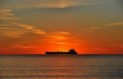 Oljetankfartyg på solnedgången arkivfoto