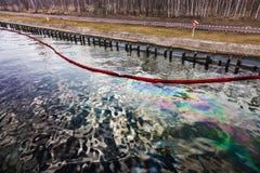 Oljeutsläpp på vatten arkivfoton