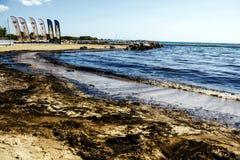 Oljeutsläppet gör upp ren i den Agios Kosmas fjärden, Aten, Grekland, September 14 2017 Royaltyfria Bilder