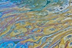 Oljig föroreningfilm som täcker yttersidan av en Texas vattenväg arkivbilder
