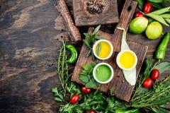 Oljor val för kryddaahdörter Pepprar nya örter för druva-, oliv- och havreoljor, citroner Bästa sikt, kopieringsutrymme royaltyfria foton