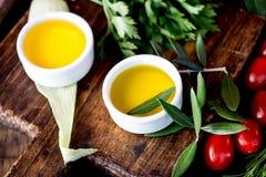 Oljor val för kryddaahdörter Pepprar nya örter för druva-, oliv- och havreoljor, citroner CSelective fokus royaltyfria bilder