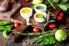 Oljor val för kryddaahdörter Pepprar nya örter för druva-, oliv- och havreoljor, citroner CSelective fokus arkivfoto