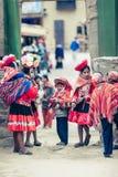Ollantaytambo/Перу - 29-ое мая 2008: Группа в составе дети одеванные в традиционных, красочных перуанских костюмах стоковое фото rf