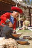 Ollantaytambo, Перу - подготовка красок альпаки inca традиции стоковое изображение rf