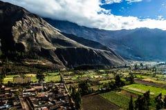 Ollantaytambo - fortaleza y ciudad viejas del inca las colinas del valle sagrado (Valle Sagrado) en las montañas de los Andes de P foto de archivo