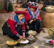 Ollantaytambo, Peru - circa Juni 2015: De vrouwen in traditionele Peruviaanse kleren gebruiken natuurlijke kleurstoffen voor Alpa stock afbeeldingen