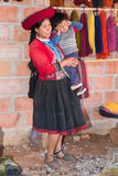 Ollantaytambo, Peru - circa Juni 2015: De vrouwen in traditionele Peruviaanse kleren houdt een jongen dichtbij Cusco, Peru royalty-vrije stock fotografie