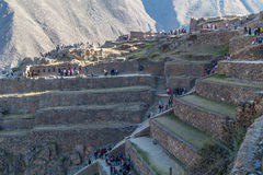 Ollantaytambo, Peru - circa Juni 2015: Mensen die bij de archeologische plaats van Ollantaytambo Inca in Peru lopen stock afbeeldingen