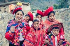 Ollantaytambo/Peru - 29. Mai 2008: Gruppe Kinder oben gekleidet in den traditionellen, bunten peruanischen Kostümen stockbilder