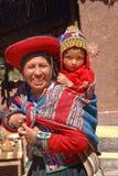 Ollantaytambo, Peru: Quechua Mutter und Kind in einem Dorf in den Anden stockfotos