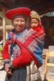 Ollantaytambo, Peru: Quechua Mutter und Kind in einem Dorf in den Anden stockfotografie