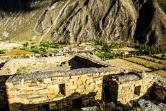 Ollantaytambo - vecchie fortezza e città di inca le colline della valle sacra (Valle Sagrado) nelle montagne delle Ande del Perù,  Immagine Stock