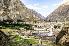 Ollantaytambo - vecchie fortezza e città di inca le colline della valle sacra (Valle Sagrado) nelle montagne delle Ande del Perù,  Fotografia Stock