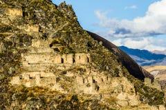 Ollantaytambo - vecchie fortezza e città di inca le colline della valle sacra (Valle Sagrado) nelle montagne delle Ande del Perù,  Fotografia Stock Libera da Diritti