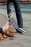 ollie滑板窍门 免版税库存图片