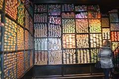 OLLIVANDERS鞭子商店华纳哈利・波特游览Leavesden伦敦 免版税库存照片
