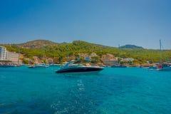 OLMO DE SANT, MAJORCA, ESPANHA - 18 DE AGOSTO DE 2017: Barco agradável no olmo de Sant, em uma água azul e em um céu bonitos em M Imagens de Stock
