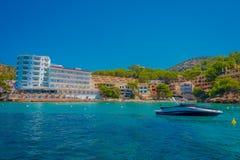 OLMO DE SANT, MAJORCA, ESPANHA - 18 DE AGOSTO DE 2017: O barco agradável no regular visita entre a ilha do olmo e do Dragonera de Fotos de Stock Royalty Free
