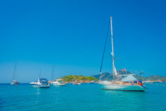 OLMO DI SANT, MAIORCA, SPAGNA - 18 AGOSTO 2017: Barca piacevole nell'olmo di Sant, in una bei acqua blu e cielo in Maiorca, la Sp Immagine Stock