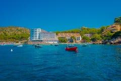 OLMO DI SANT, MAIORCA, SPAGNA - 18 AGOSTO 2017: Barca rossa piacevole sull'acqua nell'olmo di Sant, Maiorca, Spagna Immagine Stock