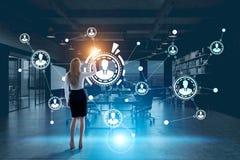 Ologramma della rete, ufficio futuristico, donna bionda fotografia stock libera da diritti