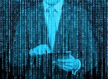 Ologramma di Digital in uno stile della matrice Un uomo con la compressa sta passando in rassegna i dati in Internet Fotografia Stock