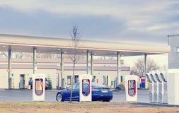 Olomouc捷克2017年12月31日-被充电在特斯拉充电站的特斯拉式样S汽车与加油站 图库摄影