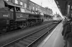Olomouc捷克Rep 2011年10月15日 历史蒸汽火车和现代电车在火车站 新老 库存图片