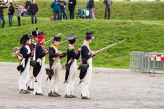 Olomouc捷克Rep 10月7日2017历史节日Olmutz 1813 拿破仑似的战士单位准备好射击 图库摄影