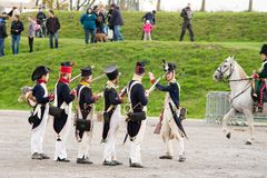 Olomouc捷克Rep 10月7日2017历史节日Olmutz 1813 拿破仑似的战士单位准备好射击 免版税库存照片