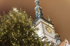 Olomouc有一棵大圣诞树的城镇厅在它前面 免版税库存图片