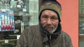 OLOMOUC,捷克, 2018年3月5日:一张地道面孔恶劣的无家可归的哀伤的眼睛 非常真正,生活在街道冬天 股票录像