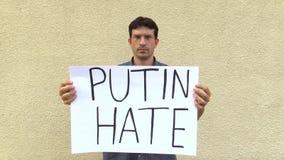 OLOMOUC,捷克, 2017年6月15日:反对弗拉基米尔・普京,横幅普京怨恨,吞并克里米亚总统的示范 股票录像