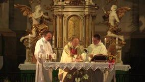 OLOMOUC,捷克, 2017年7月30日:在收获以后的宽容基督徒大量和仪式崇拜,感恩给上帝 股票录像