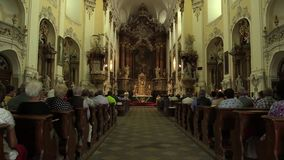 OLOMOUC,捷克, 2017年7月30日:在收获以后的宽容基督徒大量和仪式崇拜,感恩给上帝 股票视频