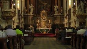 OLOMOUC,捷克, 2017年7月30日:在收获以后的宽容基督徒大量和仪式崇拜,感恩给上帝 影视素材