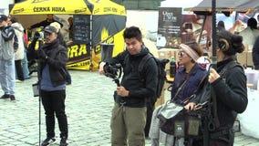 Olomouc,捷克, 2017年10月7日:学生男孩和女孩制片商从日本亚洲摄制了记录片 股票录像