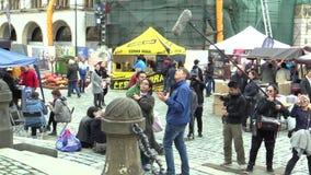 Olomouc,捷克, 2017年10月7日:学生男孩和女孩制片商从日本亚洲摄制了记录片 股票视频