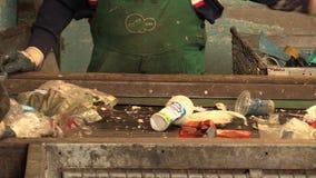 OLOMOUC,捷克, 2018年4月25日:排行工业排序的传送带塑料废物的不同的类型 股票录像