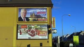 OLOMOUC,捷克, 2017年12月12日:支持米洛什・泽曼总统候选资格的广告牌直接的 股票录像