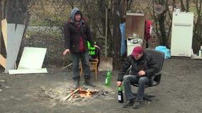 OLOMOUC,捷克, 2018年1月18日:无家可归的恶劣的灼烧的木委员会和创造火温暖自己  股票视频