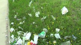 OLOMOUC,捷克, 2018年4月25日:草坪绿色和草在边路有垃圾的和垃圾从人,非常 股票录像