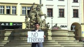 OLOMOUC,捷克, 2017年6月15日:反对恐怖主义和恐怖,横幅的示范没有恐怖主义 股票视频