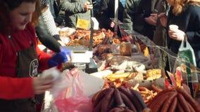 Olomouc, чехия, 29-ое февраля 2019: Рынок с домочадцем убоя свиньи продуктов стойла традиционным чехословакским видеоматериал