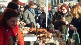 Olomouc, чехия, 29-ое февраля 2019: Рынок с домочадцем убоя свиньи продуктов стойла традиционным чехословакским акции видеоматериалы