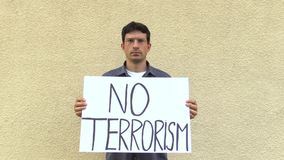 Olomouc, Δημοκρατία της Τσεχίας, στις 15 Ιουνίου 2017: Επίδειξη ενάντια στην τρομοκρατία και τον τρόμο, έμβλημα καμία τρομοκρατία απόθεμα βίντεο